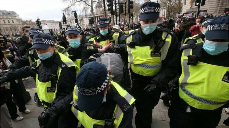 英国伦敦反警察法抗议示威 超过百人被捕